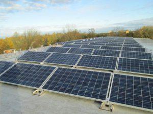 30 kWp Eigenverbrauchsanlage auf dem Turnhallendach einer Grundschule in Kiel-Mettenhof Installation: Oktober 2013